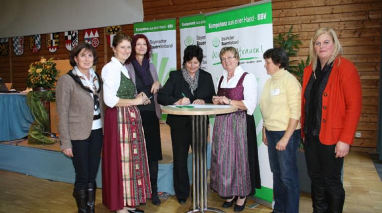Landesbäuerin Anneliese Göller (Mitte) startete mit Ihrer Unterschrift die Landfrauenaktion in Herrsching.
