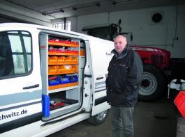 Mit dem neuen Werkstattwagen - speziell eingerichtet für Pressen - für seine Monteure ist Harry Kotschote sehr zufrieden. Er fährt sich auf der Straße wie ein PKW, kommt aber auch gut mit Feldwegen zurecht. Foto: Möbius