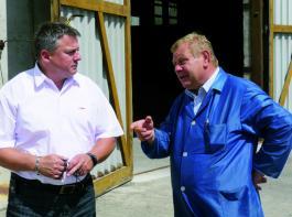 Im Gespräch über die Vorteile der Abschiebewagen: Johannes Köber, Geschäftsführer der FUDI Futtermittel und Dienstleistungs GmbH & Co. KG Pahren (rechts) und Mirko Stanko von Fliegl. Foto: Möbius