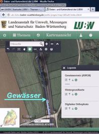 Das Amtliche Wasserwirtschaftliche Gewässernetz (AWGN) gibt es im Internet – der Kartenausschnitt zeigt den Gewässerabschnitt aus der obigen Abbildung mit den Flurstücksgrenzen auf einem digitalen Foto.