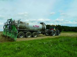 Doppelnutzen des Fahrgestells: 22 Kubikmeter Gülle können mit dem Fassaufbau transportiert und ausgebracht werden. Foto: Möbius