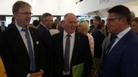 Landtagspräsident Boris Rhein (rechts) im Gespräch mit HBV-Präsident Karsten Schmal (Mitte) und HBV-Generalsekretär Peter Voss-Fels (links)