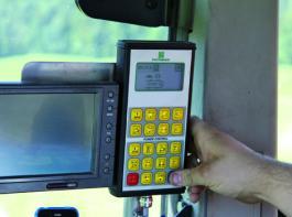 Programmiert und gestartet wird der Schleifvorgang über das Power-Control-Terminal im Schlepper. Aus Sicherheitsgründen muss der Fahrer den Schleifvorgang neben dem Ladeaggregat überwachen