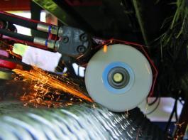 Für die Jumbo- und die Jumbo-combiline-Baureihe bietet Pöttinger optional das Schleifsystem autocut an