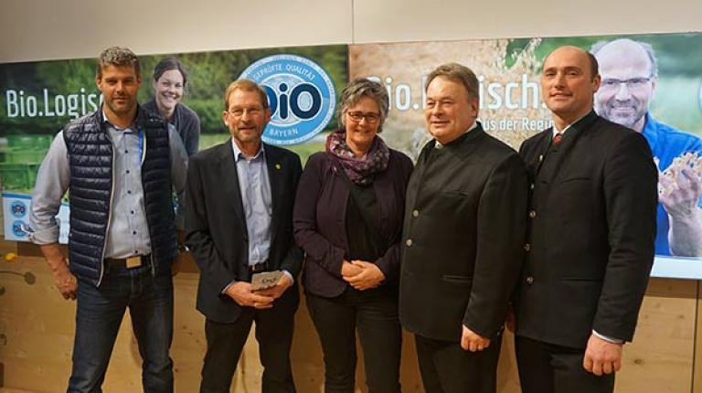 Alexander B�ller (Gesch�ftsf�hrer des Landesfachausschusses �ko-Landbau), Hans Meier (Vorsitzender des Landesfachausschusses f�r �ko-Landbau), Monika Mayer (Kreisb�uerin Oberallg�u), Landwirtschaftsminister Helmut Brunner und BBV-Umweltpr�sident Alfred Enderle.