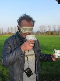 Versuchsperson im Blindgeruchstest: Gülle mit und ohne Biokohle