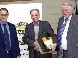 Dr. Thomas Senn (Mitte) vom Institut für Lebensmittelwissenschaft wurde in den Ruhestand verabschiedet. Links: Ulrich Müller, Vorsit- zender des Verbandes Badischer Klein- und Obstbrenner. Rechts: Joachim Hauck, Ministerialdirigent am MLR in Stuttgart.