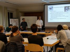 Martin Leibold (rechts) und Simon Maigler (links) erklären den Produktionsablauf in der Mutterkuhhaltung.