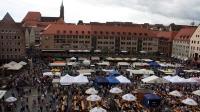 """Unter dem Motto """"Genuss in Franken"""" boten mehr als 100 Aussteller, darunter Direktvermarkter, Hofläden, Brauereien und Brennereien, selbst erzeugte Produkte auf dem Nürnberger Hauptmarkt an."""