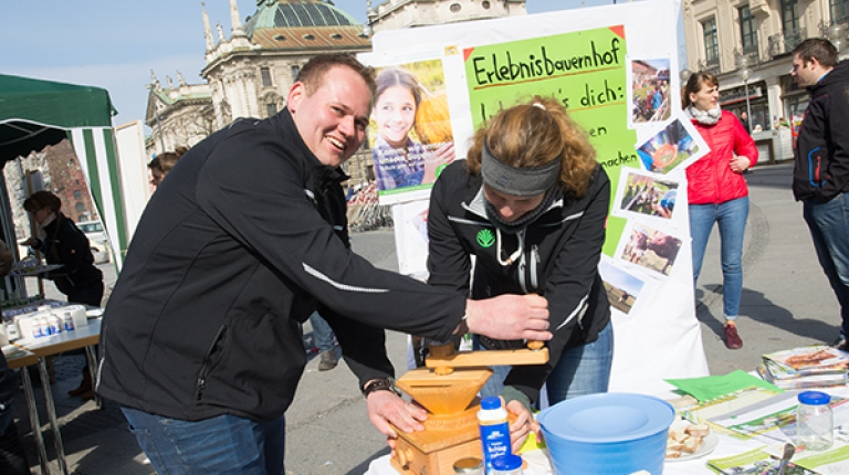 An mehreren Ständen auf dem Münchner Karlsplatz / Stachus präsentierten die jungen Landwirte die moderne Landwirtschaft