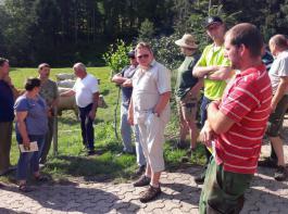 Stephan Breig erläutert seine Betriebsstrategie mit Charolais und Vorderwäldern.