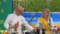 Katrin I. wirbt bei einer Kochvorführung für Rapsspeiseöl  am Erntedankfest auf der Zeil im Oktober 2009.