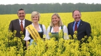 Herwig Marloff, Vorsitzender der Erzeugergemeinschaft für nachwachsende Rohstoffe, Monika I., Katrin I. und der Präsident des Hessischen Bauernverbandes, Friedhelm Schneider, im Mai 2010