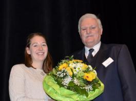 Weinbauverbands-Geschäftsführer Peter Wohlfarth gratulierte Miraim Kaltenbach  zu ihrem Erfolg.