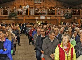 In der Scheune des Dielenhofes in Engen waren zum Erntedank-Gottesdienst alle Bänke voll besetzt. Auf der Empore begleitete die Stadtmusik Engen die Zeremonie.