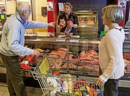 Nach Zahlen gefragt, gab bei der Umfrage jeder Zweite an, dass er bei mehr Tierwohl  für ein Kilogramm Fleisch zum Grundpreis von zehn Euro einen Aufpreis von bis zu fünf Euro akzeptieren würde.