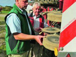 Aurel Hagen und Horsch-Gebietsverkaufsleiter Siegfried Drinkmann an den Scheibenscharen der Pronto 6DCppf, mit der gleichzeitig Dünger direkt im Saathorizont abgelegt wird.