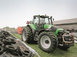 Auf dem Silo sind die Traktoren mit Zwillingsreifen und Schiebeschild im Einsatz.