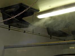Bei Strahllüftungssystemen bietet es sich an, die Düsen direkt vor bzw. in den Luftstrom zu installieren. So kann gewährleistet werden, dass der Wassernebel komplett von der Luft aufgenommen wird.