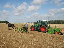 Das Säen mit der Bodenbearbeitung zu kombinieren, brachte der Landwirtschaft viele Vorteile.