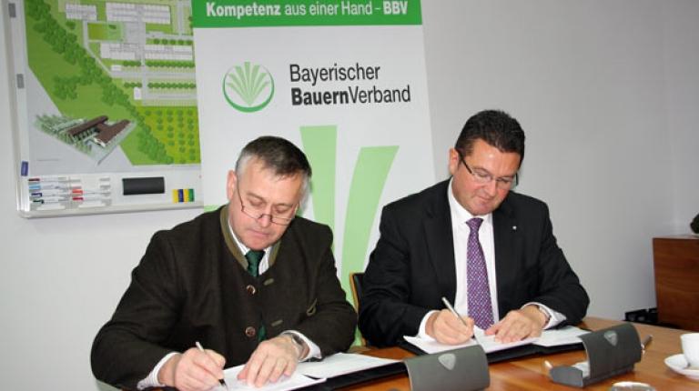 Pr�sidenten des Bayerischen Bauernverbandes, Walter Heidl bei der Unterzeichnung der �Rahmenvereinbarung Jagd� zusammen mit dem Finanzstaatssekret�r Franz Josef Pschierer.
