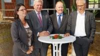 v.l.n.r. Hessens Landwirtschaftsministerin Priska Hinz, Ministerpräsident Volker Bouffier, HBV-Präsident Karsten Schmal und Wirtschaftsminister Tarek Al-Wazir nahmen an der Kabinettsitzung auf dem Bauernhof der Familie Bürger-Grebe teil.