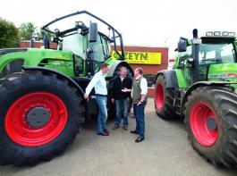 Jens-Peter Zeyn (l.), Henning Grote und Fendt-Werksbeauftragter Joachim Schillmann (r.) arbeiten eng zusammen.