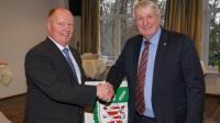 Präsident Schmal (links) dankt Armin Müller für das jahrelange Engagement im Bauernverband