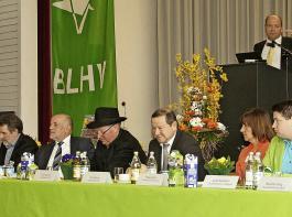 Martin Hahn (am Rednerpult), Landtagsabgeordneter der Grünen und Vorsitzender des Agrarausschusses des Landtags, hielt  parteiübergreifend ein Grußwort für die Landespolitiker, die wegen Präsenzpflicht im Landtag nicht kommen konnten oder verfrüht gehen mussten.