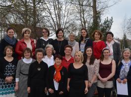 Die Absolventinnen der Fachklasse Fachkraft für Hauswirtschaft mit ihren Lehrerinnen (vorne von links) Silvia Stratz, Edith Kirner, Birgit Schwarzmeier, Gertrud Mellert und Bettina Fuchs (hinten links) .