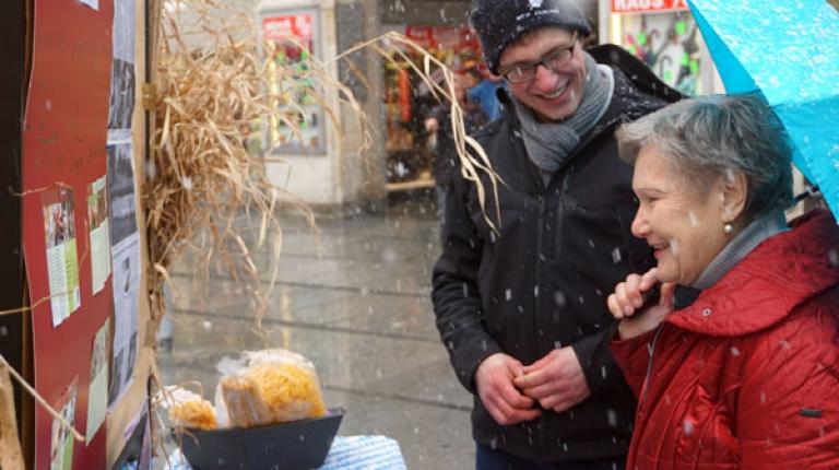 Viele Verbraucher haben sich, trotz des kalten Wetters, an den St�nden der jungen Grundkursler informiert.