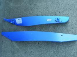 """Deutliche Unterschiede: die gleichen Verschleißteile für einen DuraMaxx-Pflug (oben) und den """"normalen"""" Dural-Pflug. Foto: Möbius"""