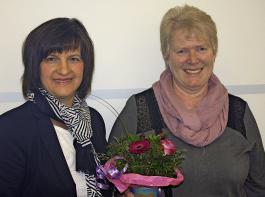 Rosa Karcher (links) verabschiedet Helga Corona.