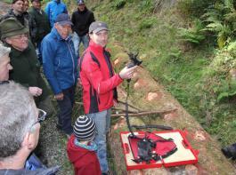 Martin Echle schilderte seine Vorgehensweise beim Baumfällen und zeigte auch bewährte Technik wie diese akkubetriebene Astschere.