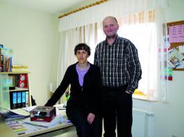 Irene Reith managt das Büro für das Lohnunternehmen und den Landwirtschaftsbetrieb Achim Reith. Foto: Möbius