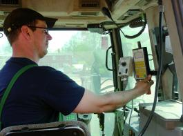 Vorbereitung der Technik für die Grünfutterernte. Thomas Stockerl überprüft die Steuerung für den Ladewagen am Terminal und die nachgerüstete Siliermitteldosierung. Foto: Möbius