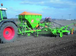 Großflächensämaschine Cirrus mit einem zweireihigen Scheibeneggen-Segment im Einsatz. Werkfoto