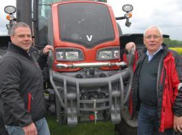 Landhändler Ulrich Nobbe (rechts) und Außendienst-Verkaufsberater Andre Witte.