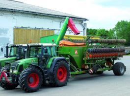 Zur schnellen Befüllung der Citan-Drillmaschine wird ein HAWE-Über-ladewagen eingesetzt. Nach drei bis fünf Minuten sind knapp 3 Tonnen Saatgetreide umgefüllt. Foto: Möbius