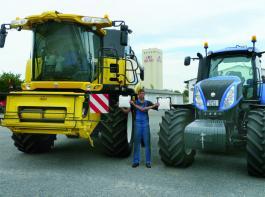 Antennenwechsel: Die Fotomontage mit Falk Schulze soll verdeutlichen, dass die GPS-Antenne nacheinander für Mähdrescher und Traktor genutzt wird. Auf dem Silo im Hintergrund ist der RTK-Sender der Agrargenossenschaft montiert. Foto: Möbius