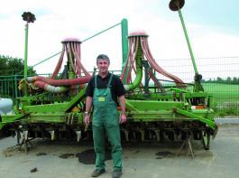 Carsten Steger ist Vorstandsmitglied der Agrargenossenschaft Kirchheilingen und zuständig für den Bereich Feldwirtschaft. Mit der Entscheidung für diese Kreiselgrubberkombination kurz nach der Wende begann die Tradition der Amazone-Technik im Unternehmen. Für die Saatgutvermehrung wird die Kreiselgrubber-kombination nach wie vor eingesetzt. Foto: Möbius