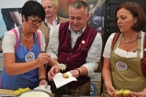 Der Präsident des Bayerischen Bauernverbandes, Walter Heidl, bei der Kartoffelausgabe