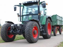 Bei Transportarbeiten tun sich Schlepper mit Industriereifen leichter.
