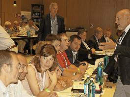 Gleich geht es los: Kurz vor Beginn des Deutschen Bauerntags liefen an den Tischen der  Delegationen aus den Landesverbänden noch Abstimmungsgespräche – so wie hier beim BLHV.