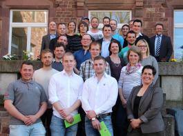 24 Teilnehmer qualifizierten sich neben ihrem Beruf zur Fachkraft der Landwirtschaft