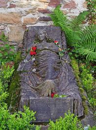 Am Grab von Caroline Walter, die sehr jung starb, liegen immer frische Blumen.