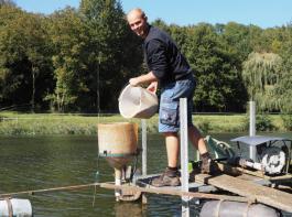 Das Füttern der Fische in den Teichen gehört für den Fischwirt-Azubi Max Riegger zu den täglichen Routinearbeiten.