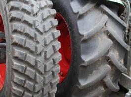 Der Industriereifen (links) weist anstelle der üblichen schrägen  Stollen ein Blockprofil auf, das dichter angeordnet ist und somit  die Aufstandsfläche vergrößert und die Abnutzung verlangsamt.