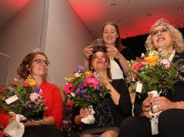 Miriam Kaltenbach krönte ihre Nachfolgerin Sina Erdrich (Mitte) zur Badischen Weinkönigin sowie Hanna Mußler (links) und Simona Aurelia Maier zu den neuen  Weinprinzessinnen.