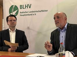 Deutliche Worte und klare Forderungen an die Politik von BLHV-Präsident Räpple (rechts).  Als Moderator der Diskussion mit den Landespolitikern fungierte Benjamin Fiebig, Hauptgeschäftsführer des BLHV (im Bild links).